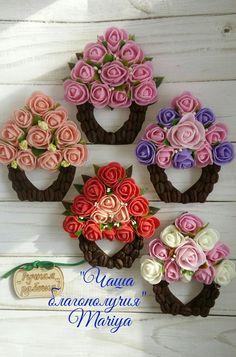 Fiori...si puo fare una busta di feltro con dentro i fiori Cd Crafts, Craft Stick Crafts, Felt Crafts, Easter Crafts, Diy And Crafts, Arts And Crafts, Jute Flowers, Fabric Flowers, Lolly Stick Craft