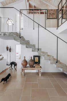 Jo's favourite hallways, foyers and stairs 2018 – part 1 - White and Kaki Home Interior Design, Interior Architecture, Interior And Exterior, Modern Staircase, Staircase Design, Wabi Sabi, Home Fashion, Beautiful Homes, Beautiful Beach