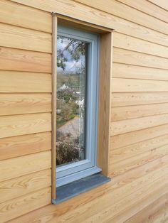 Larch cladding at very modern window trim Wood Cladding Exterior, Larch Cladding, Wooden Cladding, House Cladding, Wood Facade, Exterior Siding, Exterior House Colors, Exterior Design, Cladding Ideas