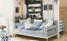 Un lit en fer pour le salonLe séjour est assez spacieux pour recevoir un lit d'appoint destiné aux amis de passage. Son intégration dans la pièce ne doit pas en dénaturer le charme. Il est donc dissimulé derrière une cloison dressée à l'aplomb de la panne sur laquelle vient s'appuyer la séparation montée en persiennes avec motifs ajourés datant du XIXe siècle. De l'autre côté, elles servent d'adossement à un     lit  en fer ouvragé qui a été transformé en banquette. Ici le charme de…