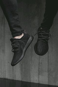 Are you addicted to adidas sneakers? Great Adidas Sneakers for and on feet! Find here the best of adidas Originals! Moda Sneakers, Sneakers Mode, Sneakers Fashion, All Black Sneakers, Fashion Shoes, Fashion Goth, Fall Fashion, Style Fashion, Luxury Fashion