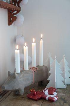 Ljuvlig adventsljusstake i form av en gris i grått med ett rött band om magen. Lys upp adventssöndagarna med en julegris. För fyra kronljus, ett för varje