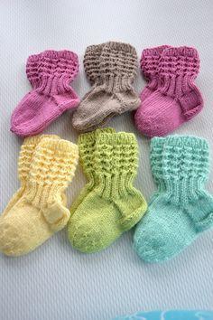 Ihanat värit! KARDEMUMMAN TALO Baby Booties Knitting Pattern, Baby Knitting Patterns, Knitting Socks, Free Knitting, Knit Baby Dress, Knitted Baby Clothes, Knitting For Kids, Knitting Projects, Drops Karisma