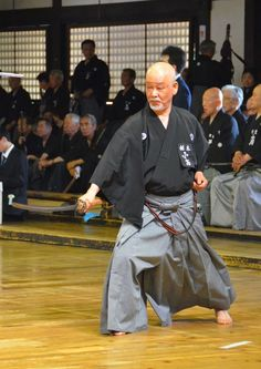 The two most popular styles of iai are Musō Shinden-ryū, followed by Musō Jikiden Eishin-ryū. The styles have many similarities but can easily be differentiated by how the sageo (cord) is tied to the belt; this is Musō Shinden-ryū.