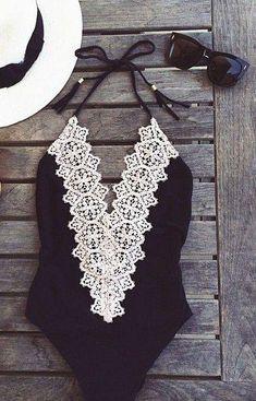As peças de moda praia também podem ser costumizadas. Esse maiô com aplicação de renda é charme.
