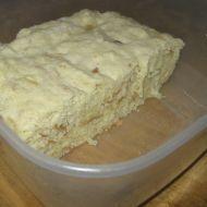 Rychlý houskový knedlík v mikrovlnce 1,5 hrnku mléko 0,5 lžičky prdopeč 1,5 hrnku hrubá mouka 2 vejce 1,5 rohlík 0,5 lžičky sůl Nakrájíme rohlík. Použijeme hrnek o objemu 250 ml. K pečivu přisypeme mouku, prdopeč, sůl a přidáme žloutky a mléko. Z bílků ušleháme sníh a lehce jej vmícháme do těsta. Formu na bábovku vytřeme máslem a hr moukou. Přelijeme do ní těsto a dáme do mikrovlnky na 750W na 10 minut. Ponecháme knedlík ještě 2 minuty v uzavřené mikrovlnce a až po té ho vyndáme