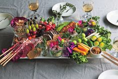撮影現場のロケ弁でも人気のケータリングやさんに教えてもらう、おもてなしテクニック。今回は、「難しくなくインスタ映えするオシャレなホムパをしたい」とうリクエストにお応えします。 Vol.11 フードアーティスト 有賀香織 フォトジェニックな「前菜大皿」さえ 用意すればオシャレなホムパは叶う Food Design, Appetizer Recipes, Appetizers, Grazing Tables, Food Platters, Antipasto, Cute Food, Food Presentation, Food Photo
