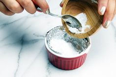 Baking soda is a staple in most homes and is useful for cooking, cleaning and in many home remedies. Blackheads On Cheeks, Pimples, Baking Soda Uses, Cake Tasting, Blackhead Remover, How To Treat Acne, Do It Yourself Home, Belleza Natural, Homemade Cosmetics