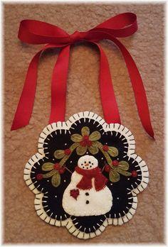 Felt Christmas Decorations, Felt Christmas Ornaments, Christmas Crafts, Penny Rug Patterns, Wool Applique Patterns, Print Patterns, Felt Embroidery, Felt Applique, Felted Wool Crafts