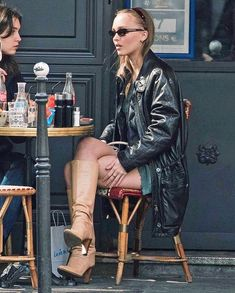 Celebrity Street Style! Lily Rose Depp Style, Lily Rose Melody Depp, Lily Rose Depp Chanel, Photographie Glamour Vintage, Estilo Ivy, Lily Depp, Trendy Outfits, Cute Outfits, Leather Jacket Outfits
