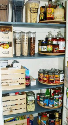 Beste Pantry-Organisation The pantry a part of your day-to-day ritual, and it ought to be organized in a sense that is quite efficient for your requirements. The ideal way to stay organized is to label the things in your pantry. There are many Pantry Pantry Shelving, Pantry Storage, Kitchen Storage, Pantry Baskets, Pantry Diy, Storage Units, Pantry Labels, Crate Storage, Smart Storage