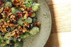 Broccolisalat med bær og nødder
