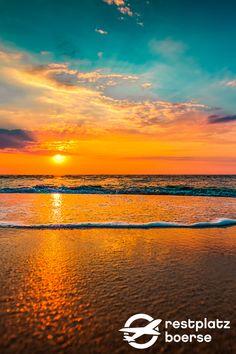 Ein muss für jede Mallorca-Reise: ein Abend am Strand. Nehmen Sie sich eine Decke, etwas zum Essen und trinken mit und setzen Sie sich an den Strand und genießen Sie den wunderschönen Sonnenuntergang. #Geheimtipp #ReiseTipp #Tipp #Urlaub #Reisen #Spain #Strand #Beach Hotels, Strand, Celestial, Sunset, Outdoor, Beautiful Sunset, Family Vacations, Vacation Travel, Drinking