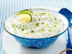 Unser Tzatziki-Rezept zum Selbermachen schmeckt mindestens so gut, wie beim Griechen um die Ecke. So geht's Schritt für Schritt!