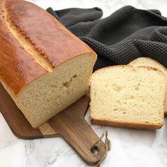En nem opskrift på hjemmebagt franskbrød i form. Der er ikke noget bedre end nybagt brød til morgen, så hvorfor ikke kaste dig over denne nemme opskrift. Bread And Pastries, Dough Recipe, Cornbread, Nutella, Food Inspiration, Baking Recipes, Favorite Recipes, Sweets, Food And Drink