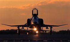 フライトを終え、地上走行するF4ファントム。夕日が反射して、機体が輝いた=茨城県小美玉市の航空自衛隊百里基地