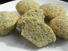 POTŘEBNÉ PŘÍSADY:  1 špetka soli 1 lžička kypřící prášek 1 hrnek mouka hladká 50 gramů máslo 1 kus citron 1/4 hrnek mák mletý 1/2 hrnek cukr krystal 3 kusy vejce  POSTUP PŘÍPRAVY:  Do velké mísy si rozklepneme 3 vejce a přidáme cukr krystal.