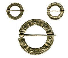 Spille  Periodo - Fonti: XII - XV sec. Materiali: ottone-bronzo Note: A - XIII sec. 2,5cm B - XII sec. 2,5cm C - XIII sec. 5 cm