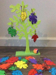 Kleurenspel: gooi met de dobbelsteen en hang het juiste blaadje in de boom. Ook mogelijk om met aantal of juiste bladvorm te spelen.