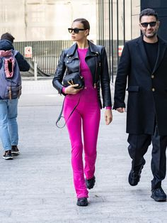 Modell Street-style, Irina Shayk Style, Black Hooded Sweatshirt, Hot Pink Sweater, Vs Models, Black Combat Boots, Sheer Tights, Athleisure Outfits, Cute Comfy Outfits