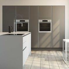 Nytænkende køkken kombinerer hvide og mørke flader