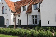 Lieselot Sys tuin- en landschapsarchitectuur, landelijke tuin, landelijke woning, authentieke materialen, boerderij uitstraling, rozemarijn Belgian Style, Beautiful Buildings, Interior Architecture, Landscape Design, Facade, Villa, Home And Garden, Yard, House Design