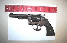 De gearresteerde man sterven Een pistool had in Zijn rectum Verborgen