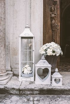 vintage lanterns church decor http://weddingwonderland.it/2015/05/15-idee-la-cerimonia-in-chiesa.html