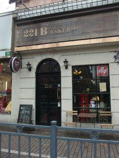 221B Baker St.: A peek through Sherlock Holmes´ window in the middle of Shanghai. 50 Ruijin Er Lu, near Fuxing Zhong Lu (瑞金二路50号, 近复兴中路). (0)21-6481-0900. 10:30 am to 12 midnight daily.