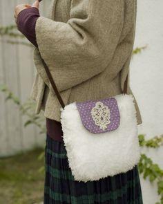 雪のように白いプードルファーにレースのモチーフをつけた紫がアクセントに。/ふわもこ素材で作るかわいい冬小物(「はんど&はあと」2012年1月号)