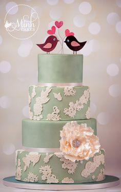 Wedding cake with romantic lace, with lovebirds and colors custom-tailored to the wedding invitation card.
