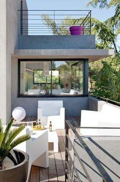 Une extension avec de grandes baies vitrées et une terrasse