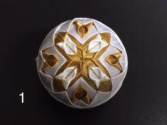 Dekorácie - vianočné patchworkové gule bledomodro-bielo-zlaté - 7148642_