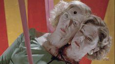 """Seriado: American Horror Story: Freak show Temporada: 4 Episódio: 9 - """"Tupperware Party Massacre"""" Exibido em: 10 de dezembro de 2014, EUA. Elenco: Jessica Lange, Sarah Paulson, Evan Peters, Finn Wittrock, Mat Fraser, entre outros."""