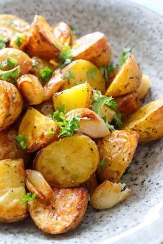 Bagte Kartofler Med Brunet Smør Og Bagte Hvidløg Danish Food, Cakes And More, Food Photo, Sweet Potato, Side Dishes, Vegetarian Recipes, Brunch, Food And Drink, Favorite Recipes