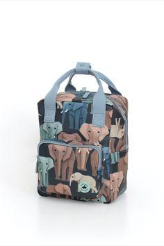 Rugzak met wijze olifanten. De olifanten vormen samen een mooi kleurenpallet op een donkerblauwe achtergrond. Mooie stevige kinderrugzak met aan de voorkant een vak met rits voor kleine spulletjes. Aan de binnenkant van de tas vind je een insteekvak over de hele rug die sluit met klittenband. Het hoofdvak is ruim en heeft een verstevigde bodem, waardoor de tas mooi in vorm blijft. Je kunt verrassend veel spullen kwijt in deze rugzak. #backtoschool #backpack Case Studio, Dark Blue Background, Pet Bottle, Kids Backpacks, Penguins, Diaper Bag, Zipper, Bags, Elephants