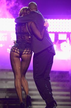 Beyoncé and Jay Z hugged it out after their Grammys performance. that butt do' !!!!!!