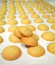 These are AMAZING HOMEMADE VANILLA WAFERS, recipe is super easy! Mini Vanilla Wafer Cookies cup butter, softened cup sugar cup brown sugar 1 large egg 1 tsp vanilla extract 1 cup all purpose flour tsp salt tsp baking powder Wafer Cookies, Crinkle Cookies, Yummy Cookies, Mini Cookies, Sugar Cookies, Cookie Recipes, Snack Recipes, Dessert Recipes, Snacks