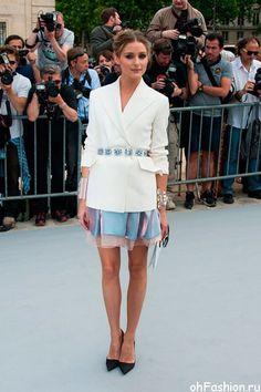 Оливия Палермо, гуру кэжуал-моды, привлекла внимание толпы ремнем, усыпанном драгоценными камнями, на Парижском показе Dior прошлым летом.