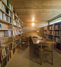 Library + reading table in a country retreat, Segovia. Photography: Fernando Guerra / FG + SG | Architect: CH + QS Arquitectos