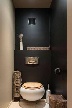 Black wall in a small toilet room? Could work with contrasting wall and good light Black wall in a small toilet room? Could work with contrasting wall and good light Bad Inspiration, Bathroom Inspiration, Pinterest Inspiration, Bathroom Trends, Bathroom Interior, Bathroom Ideas, Bathroom Remodeling, Remodel Bathroom, Budget Bathroom