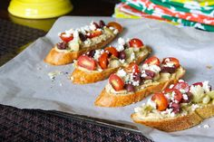 Greek Bruschetta, made with hummus, kalamata olives, cherry tomatoes, artichoke hearts & feta cheese. without tomatoes :) Gourmet Appetizers, Appetizers For Party, Hummus, Bruschetta Recipe, Good Food, Yummy Food, Mediterranean Recipes, Greek Recipes, Finger Foods