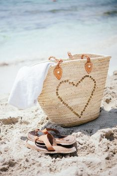 LET'S GO TO THE BEACH // basket bag and sandals in the sand