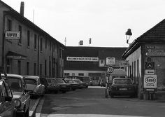 Straße Im Grün Freiburg    Abbildung der Straße Im Grün in der früher viel Gewerbe angesiedelt war. Aufnahme aus 1982.  In den achtziger Jahren erlangte das Viertel einige Bekanntheit durch Hausbesetzer und entsprechende Räumungsaktionen die es zu der Zeit aber auch an vielen anderen Stellen gab.