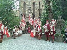 The procession of musicians and flag bearers
