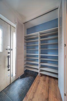 ウッドワンの「ピノアースシリーズ」ルーバータイプ、扉を開けたところ。ルーバータイプなので、扉を閉めた状態でも通風が期待でき、ピノアースの特徴である無垢材の経年による味わいも感じることができます。