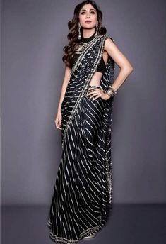 Bollywood Approved Latest Saree Trends for Brides - ShaadiWish Trendy Sarees, Stylish Sarees, Stylish Dresses, Latest Saree Trends, Latest Sarees, Black Saree Designs, Blouse Designs, Dress Indian Style, Indian Dresses