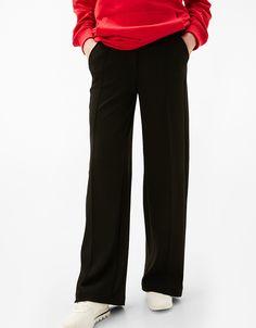 Szerokie spodnie.  Odkryj to i wiele innych ubrań w Bershka w cotygodniowych nowościach