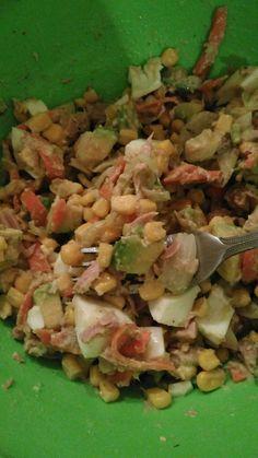 Avocado,ton bucăți,porumb,oua fierte,ceapa și morcov din pește marinat și zeama de lamaie