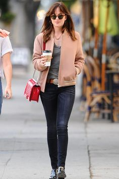 Dakota Johnson, chaquetas bomber y bolsos de Chanel